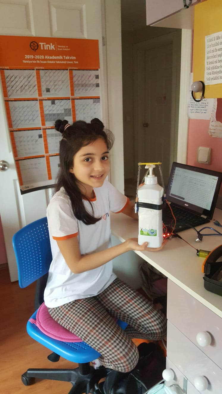 Ortaokul öğrencilerinden sensörlü dezenfektan
